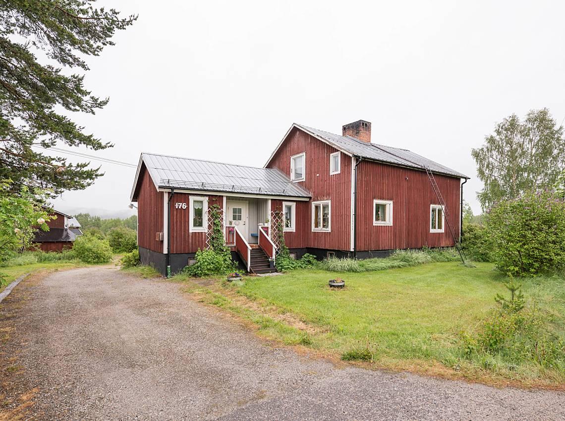 Rött gårdshus i norrland