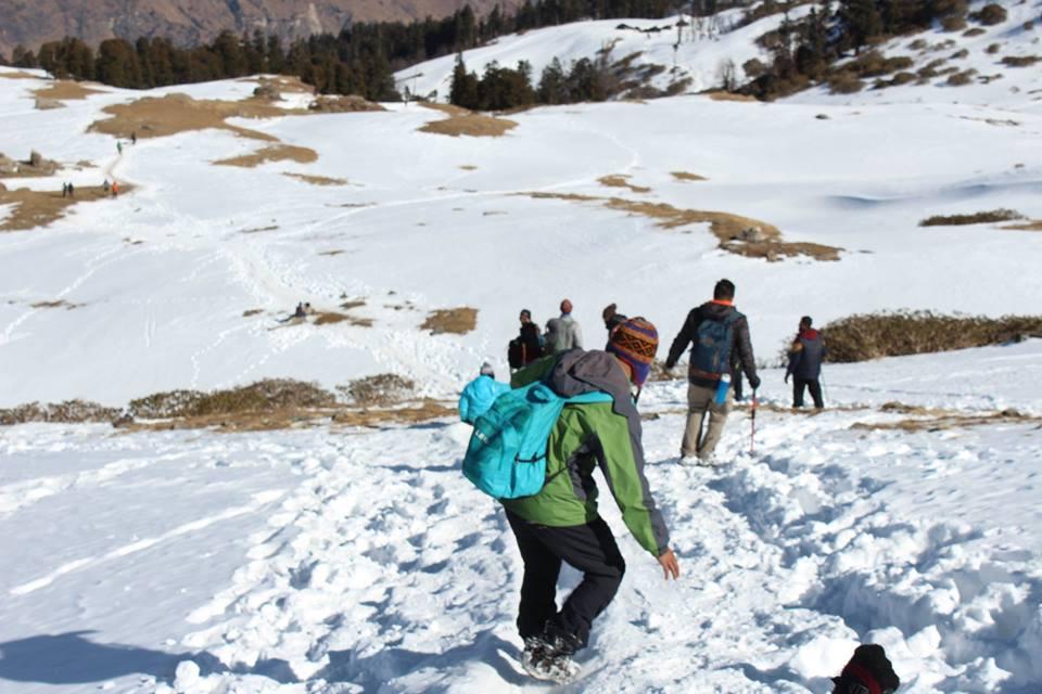 best winter snow treks in uttarakhand himalayas