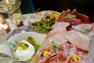 New Restaurant: Bubbles & Wines