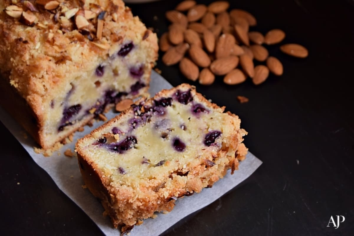 Recipe: Blueberry-Crumble Loaf