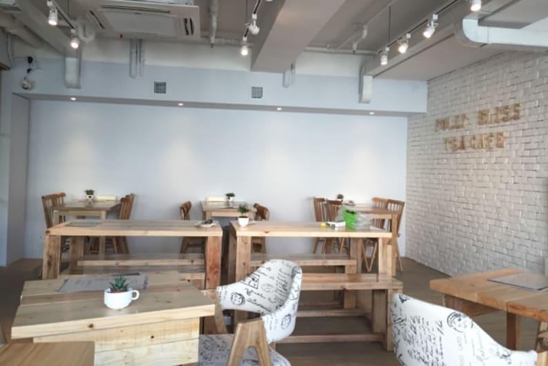 茶館設計簡約而舒適,絕對是鬧市中的靜土