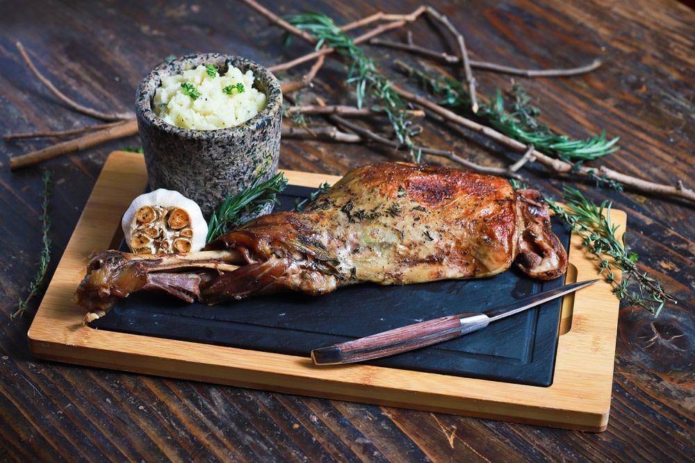 Ibérico lamb shoulder and mortar potato