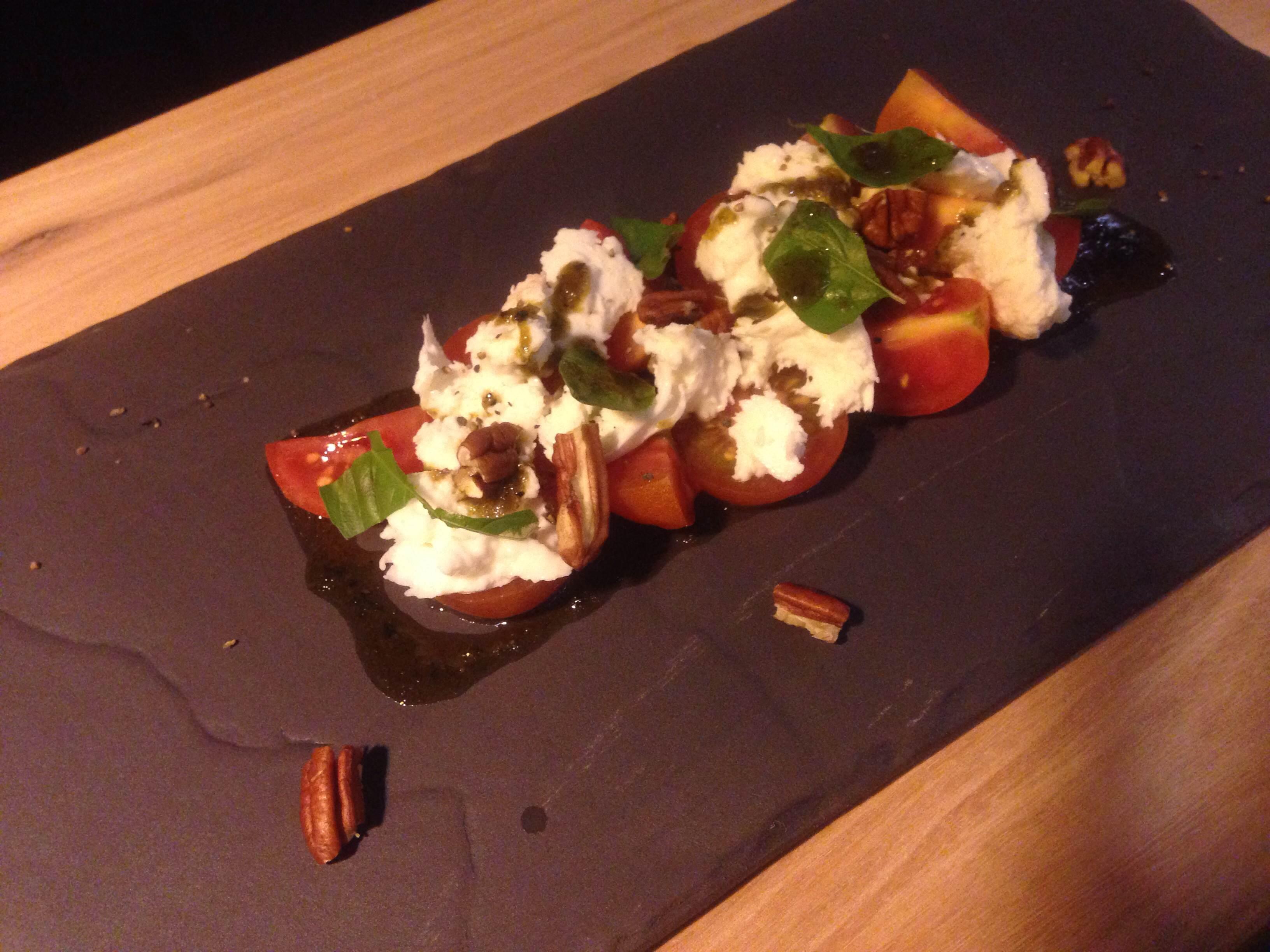 水牛芝士,葡萄成熟的西红柿& Basil