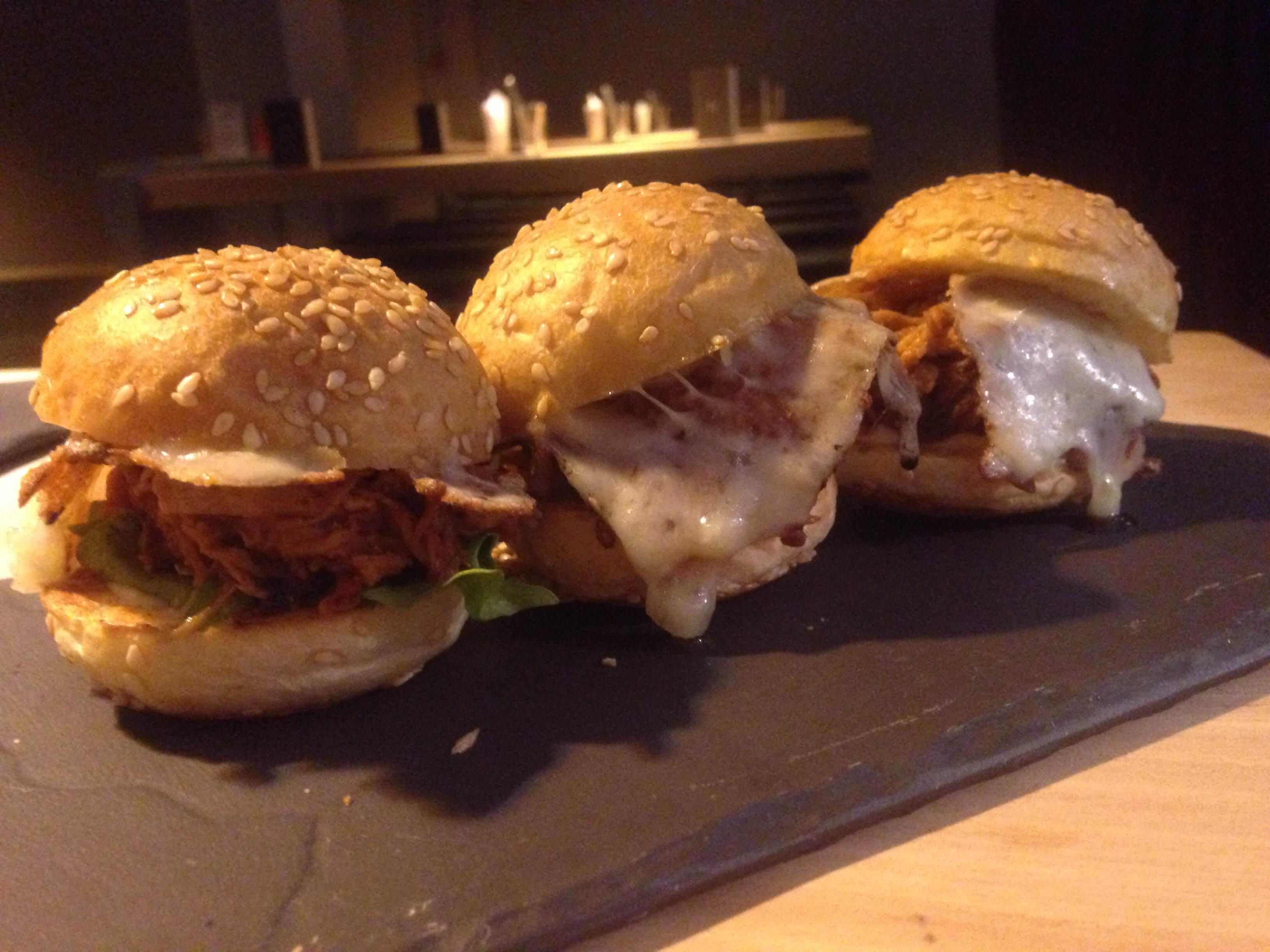 惊人的拉猪肉& Barbecue Sliders