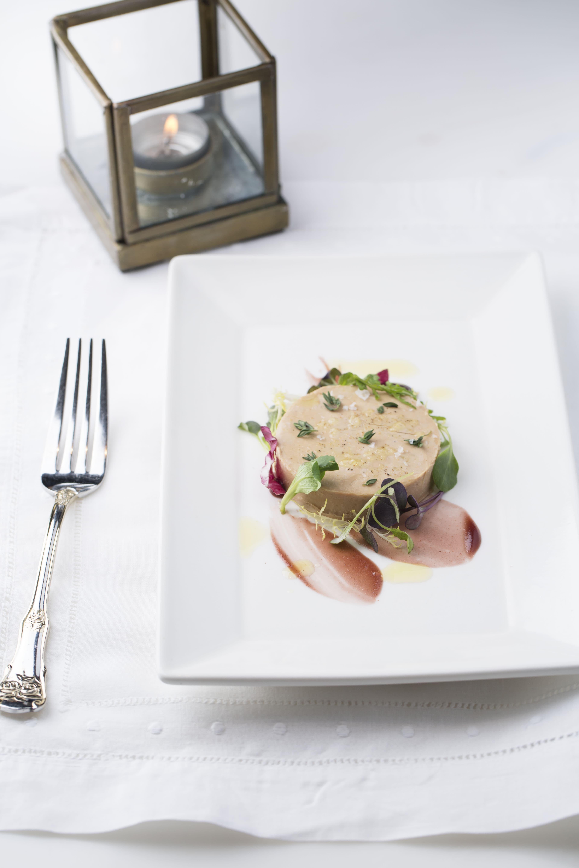 Foie Gras Torchon烤桃子Melba Toast,Maison Es
