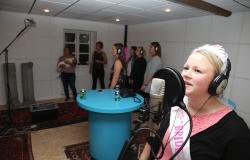 Brud synger med kor til polterabend indspilning i Egtved-studiet