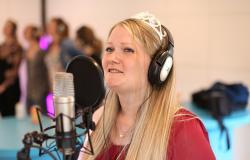 Kommende brud synger sang til sin polterabend i Egtved-studiet