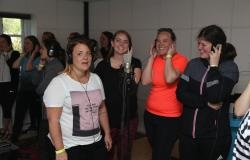 Glade polterabend gæster synger dansk sang-hit i Egtved-studiet