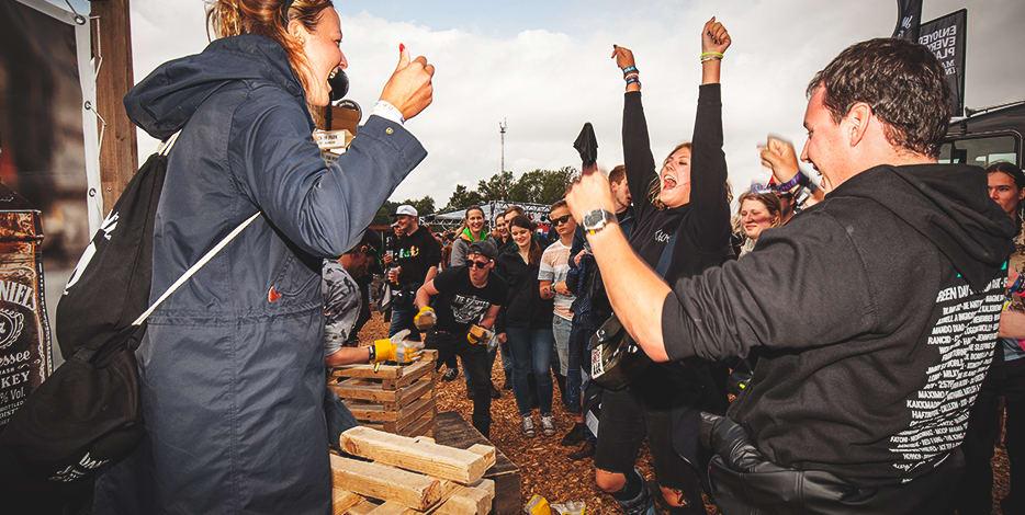 Holz stapeln auf dem Festival