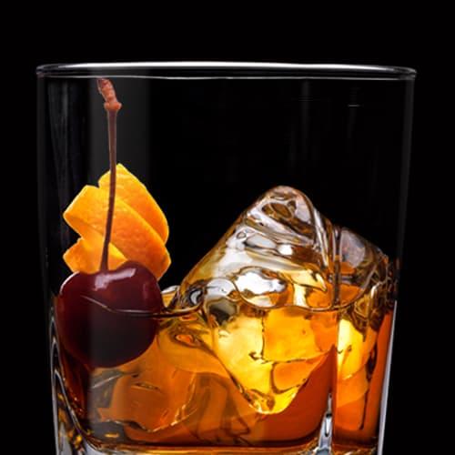 Jack Old Fashioned, koktejl podávaný s pomerančovou spirálou a třešničkou