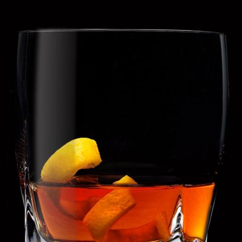 Single Barrel Rye Sazerac, koktejl podávaný s citronovou kůrou