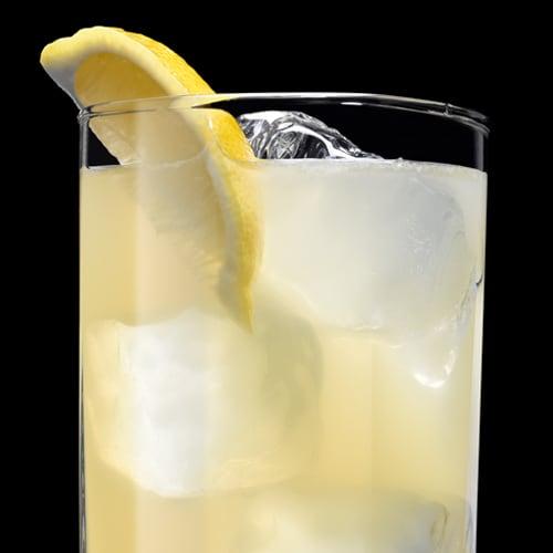 Lynchburg Lemonade, koktejl podávaný s  citronovou kůrou
