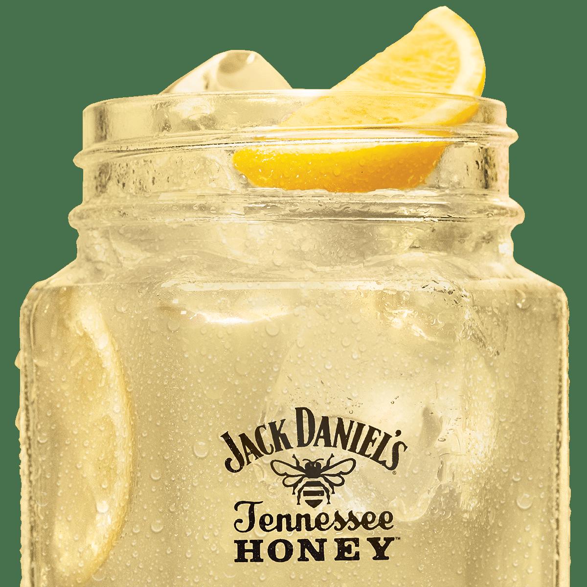 Coquetel Tennessee Honey and Lemonade servido com cunha de limão