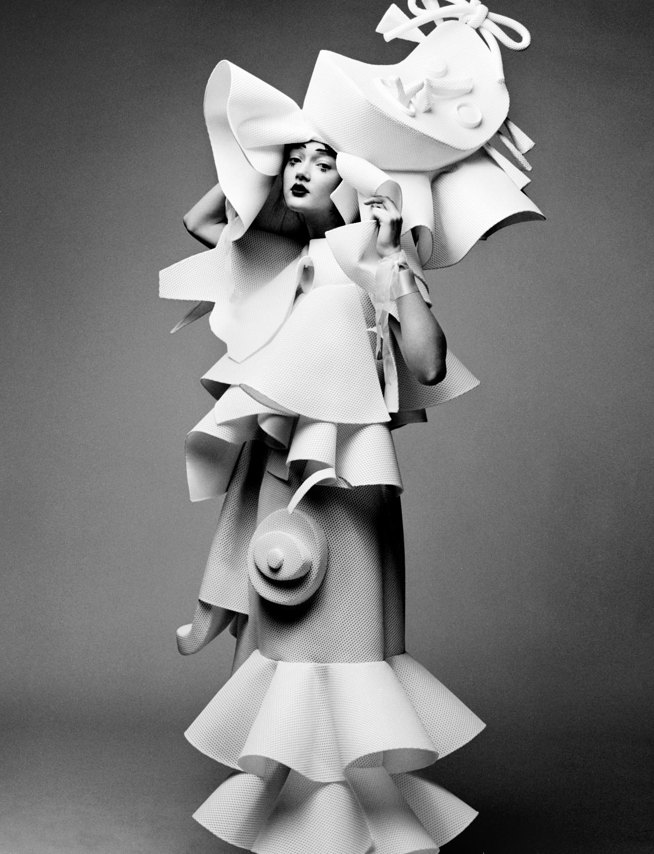 Viktor&Rolf, Performance of Sculptures, haute couture collection, SS 2016. Photo © Team Peter Stigter