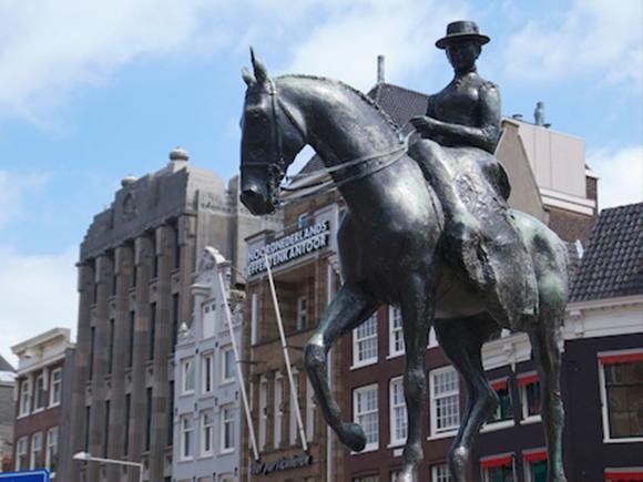 Koningin Wilhelmina op het Rokin in Amsterdam