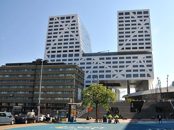 Stadskantoor Utrecht aan het Jaarbeursplein. Foto: Stadskantoor Utrecht, 2011 (via Wikimedia)_groot