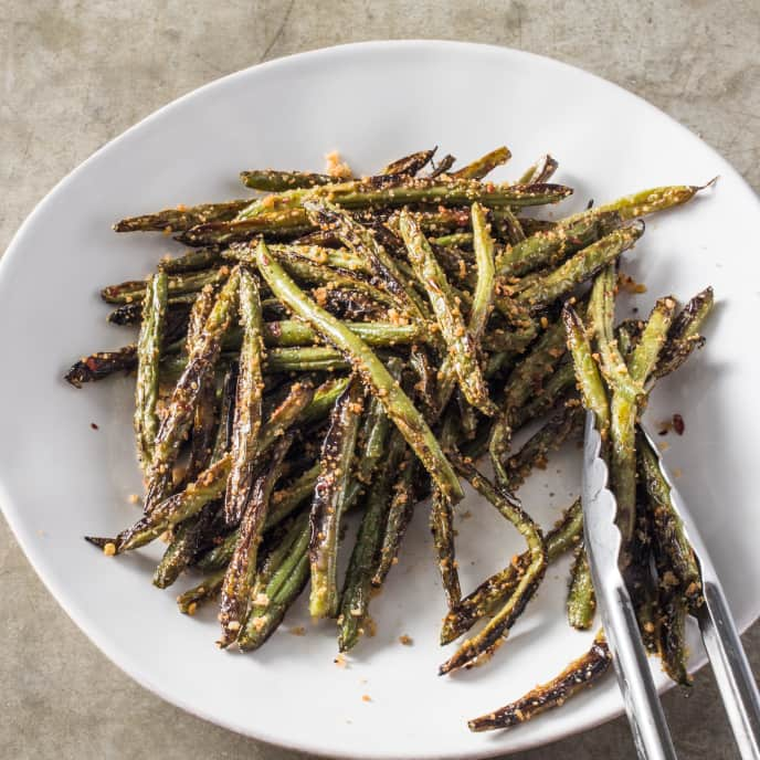Skillet-Charred Green Beans with Crispy Bread-Crumb Topping