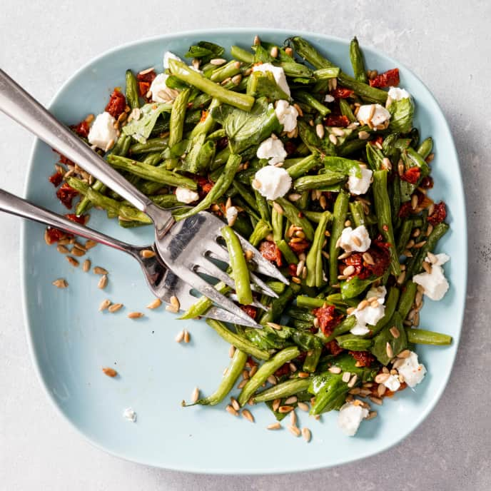 Air-Fryer Roasted Green Beans with Sun-Dried Tomatoes and Sunflower Seeds
