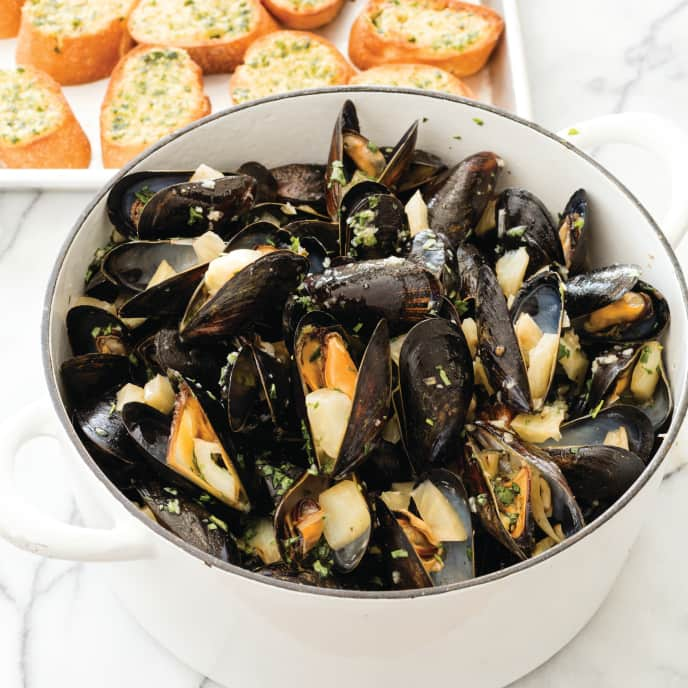 Steamed Mussels in White Wine with Parsley for Two