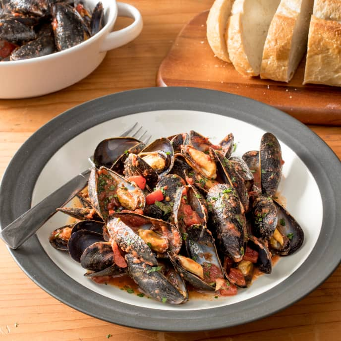 Steamed Mussels with Spicy Tomato Sauce