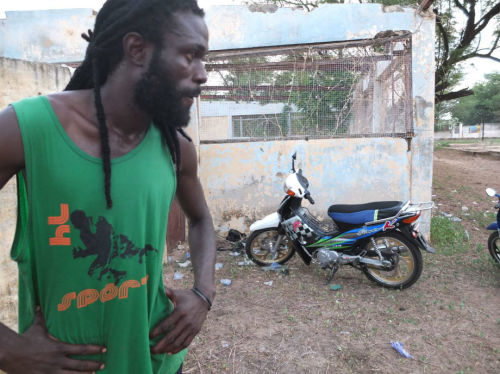 Une moto: un outil de travail pour Ibou