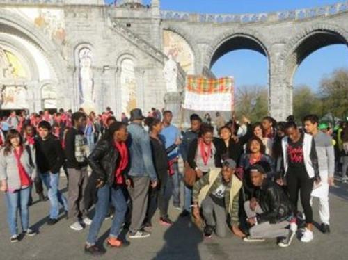 Des jeunes d'un lycée professionnel en route vers la paix et l'amitié au FRAT de Lourdes