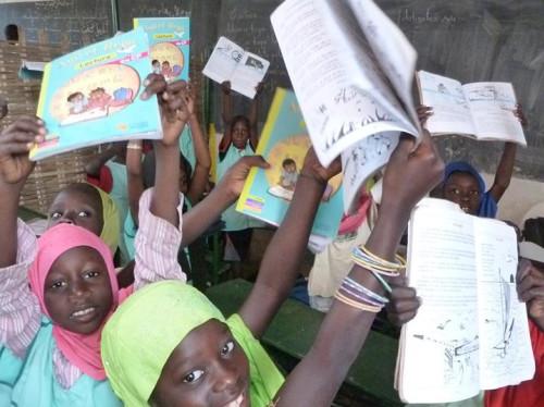 Des livres de mathématiques pour tous les enfants de l'école de Saly au Sénégal.