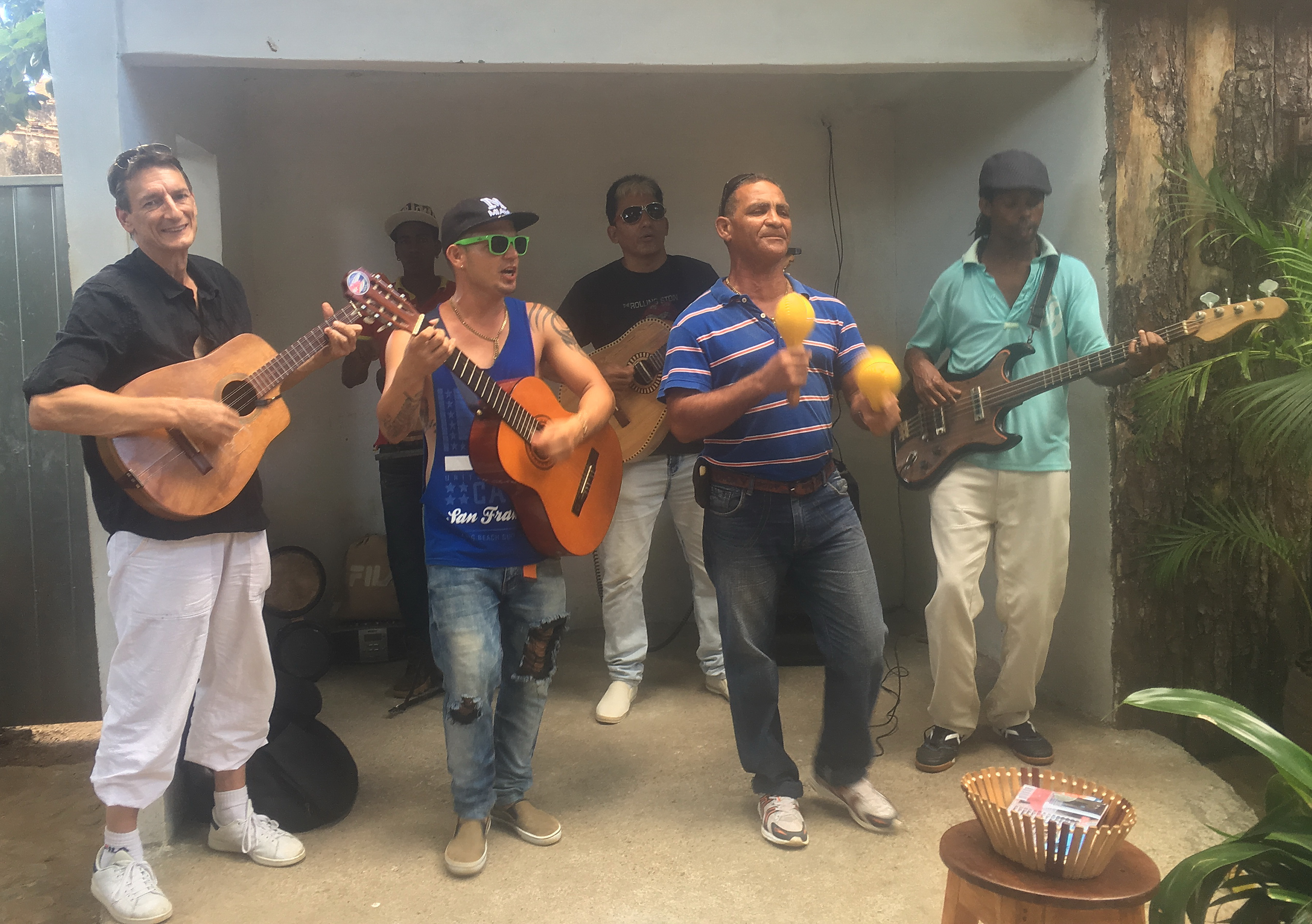 Des cordes pour les guitares Cubaines.