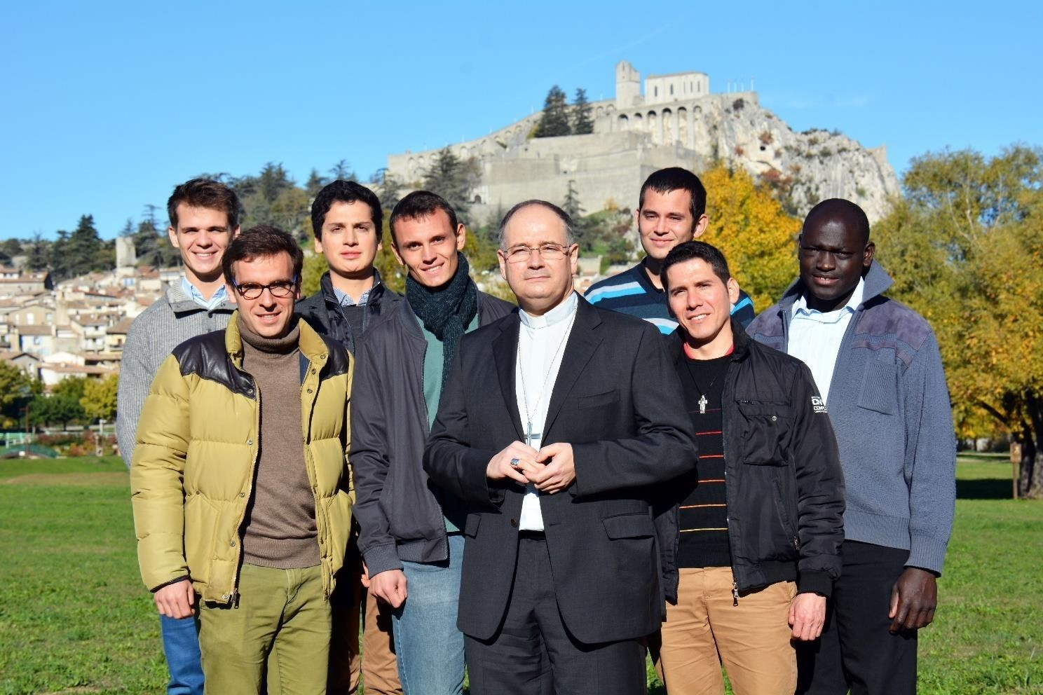 Mgr Naud évêque de Digne et ses séminaristes