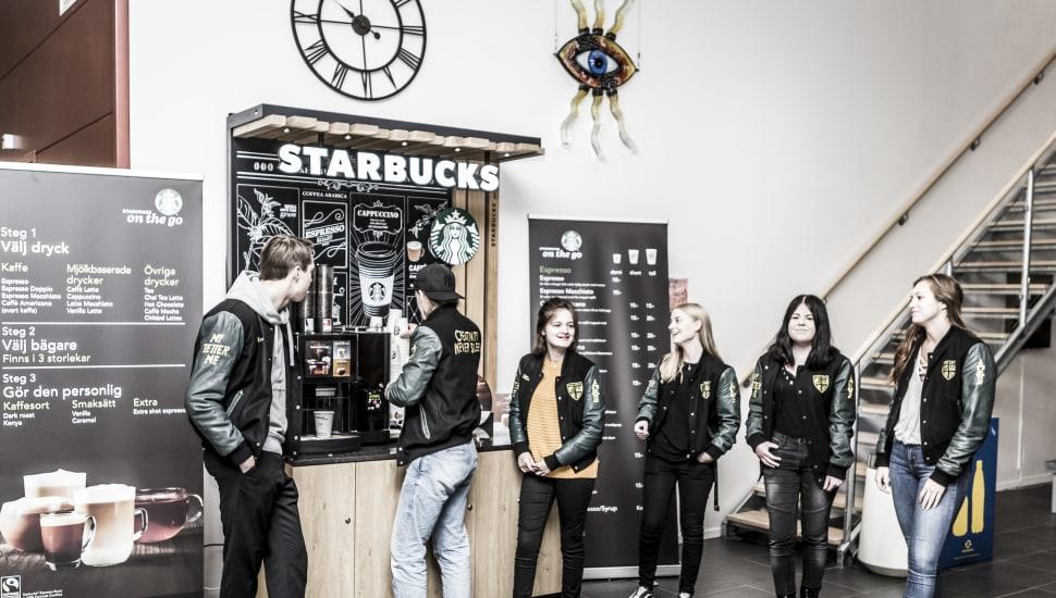 Elever köper kaffe på skolan