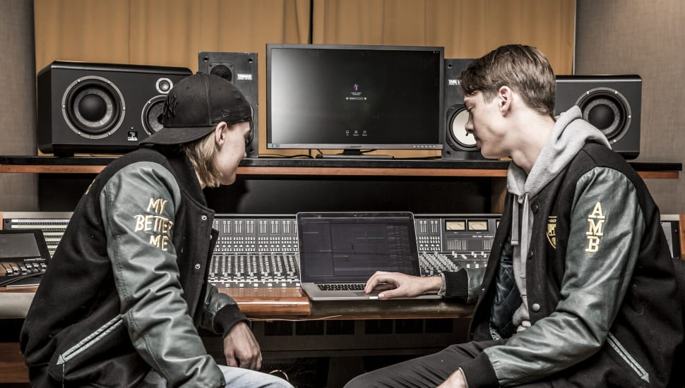 Två killar i musikstudion