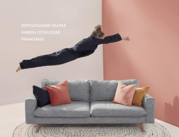 Hoppar ner i soffan