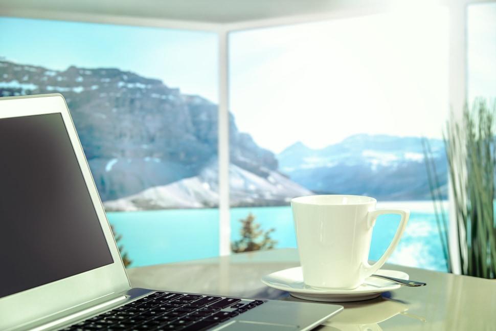 dator med utsikt över berg och hav