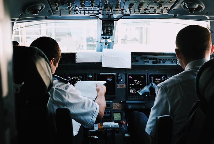 två piloter i ett flygplan