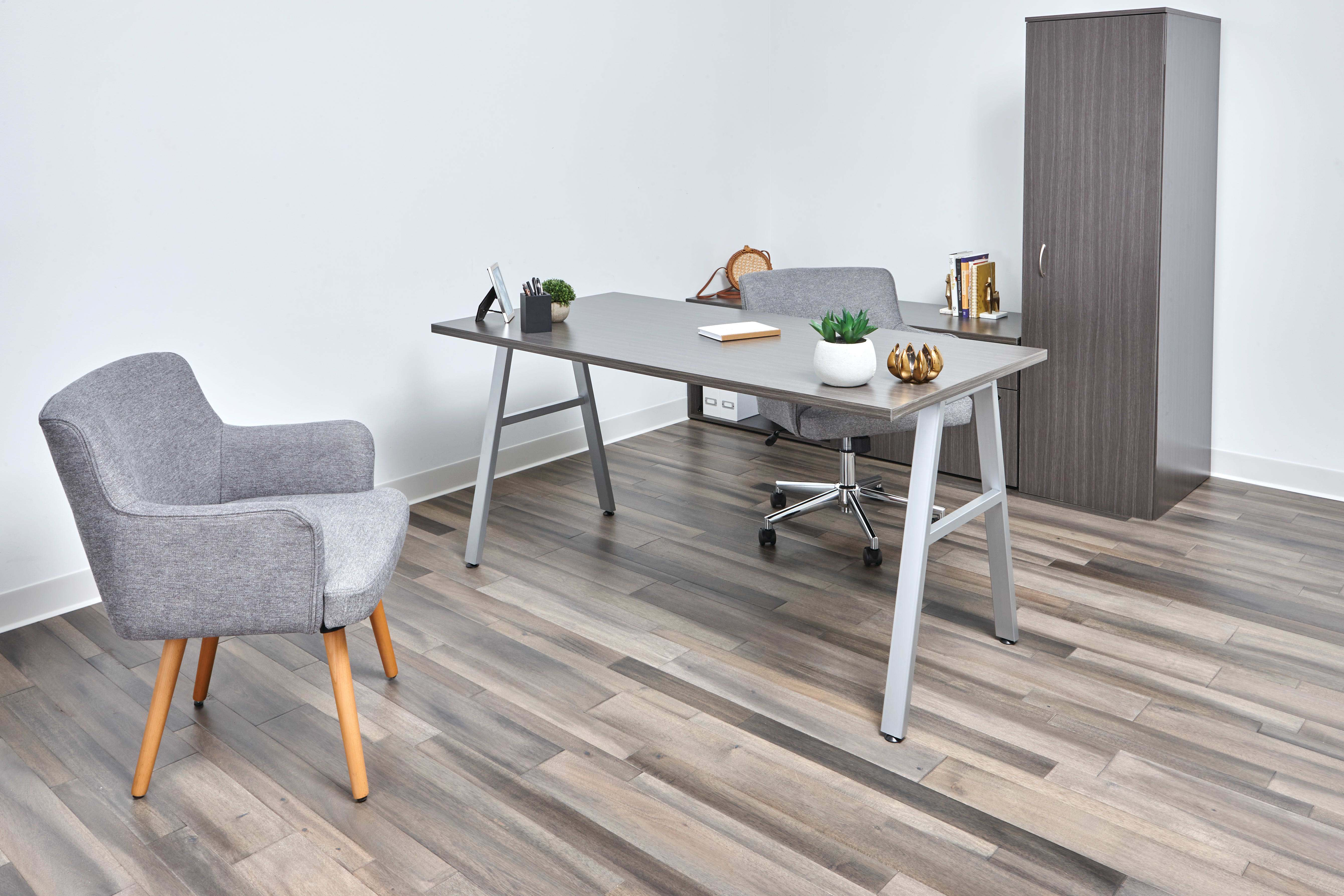 Mod desk in Slate Teak laminate with Matter seating.