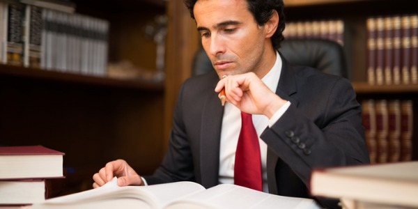Юрист - это тот, кто имеет лицензию на адвокатскую деятельность, и обязанность которого состоит в том, чтобы соблюдать закон и одновременно защищать права своего клиента.