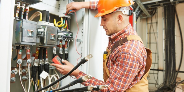 Инженеры-электрики работают над различными проектами, такими как компьютеры, роботы, мобильные телефоны, карты, радары, навигационные системы, электропроводка и освещение в зданиях и другие виды электрических систем.