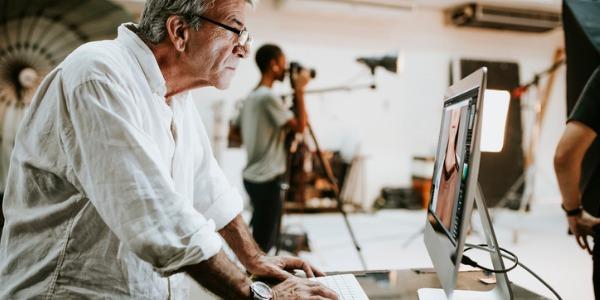 Bir bilgisayardaki görsel stili ve görüntüleri kontrol eden bir sanat yönetmeni.