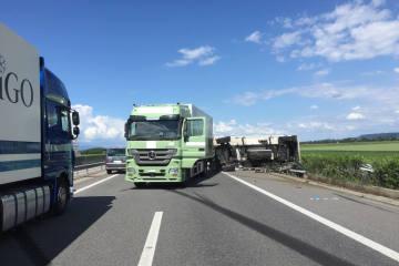 A1 Payerne FR - Lkw umgekippt