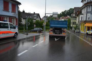Herisau AR - Verkehrsunfall zwischen Lastwagen und Personenwagen