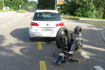 Kaiseraugst AG - Motorrad prallt ins Autoheck - Zeugenaufruf