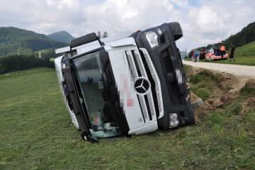 Oberdorf SO - Aufwändige Bergung eines gekippten Lastwagens