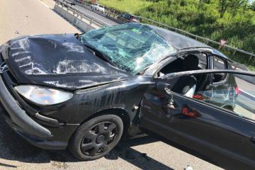 Selbstunfall BL -  Auto kollidiert mit Leitplanke und überschlägt sich