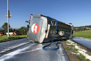 Neuenkirch-Hellbühl LU - Milchtransporter kippt auf die Seite