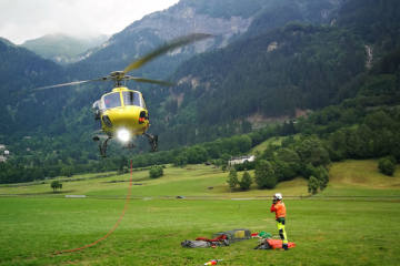 San Carlo GR - Helikopter wegen Waldbrand im Einsatz