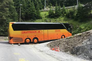 Preda GR - Reisecar blockiert Passstrasse