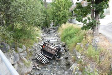 Scuol GR -  Fahrzeug stürzt in Clozzabach