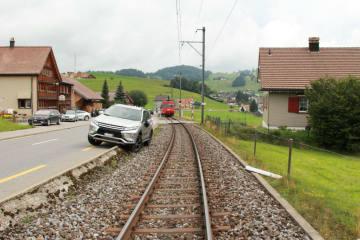 Appenzell Meistersrüte AI - Auto landet auf Bahntrasse