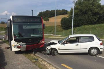 Courgevaux FR - Kollision zwischen Bus und Auto - Zeugenaufruf