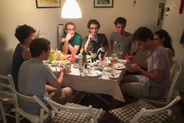 Handy hemmt den Genuss beim Essen mit Freunden